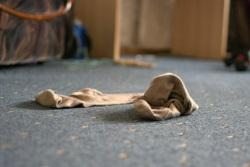 мужчины раскидывают носки